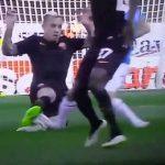 【閲覧注意】イタリアのサッカー選手、足がグシャっと折れてしまうグロ動画。