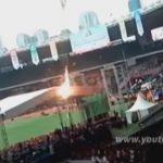 スタジアムにて、自身に火をつけて飛び降り自殺をする男の動画。