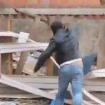 子猫を壁に叩きつけて殺す男、動物虐待で逮捕される動画。