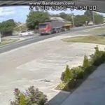 母親の車を乗り回す15歳の少年、トラックに突っ込み死亡した映像。