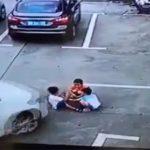 【閲覧注意】スマホに夢中の女性ドライバー、3人の子供を轢いてしまう。