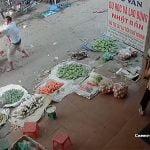 【閲覧注意】麻薬中毒の男、隣人を刃物で切りまくるグロ動画。