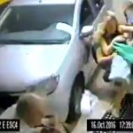 人の列に突っ込む女性ドライバー。2人が死亡。