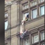 飛び降り自殺の男をキャッチ。しかしフルチンになってしまった映像。