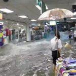 豪雨の後のショッピングモール、川と化してしまった動画。