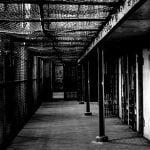"""まさに """"足の踏み場もない"""" 刑務所内の映像が衝撃すぎる。"""