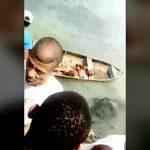 【閲覧注意】男が横たわっているカヌーが到着 → 一斉に刃物で切りつける。