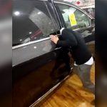 車の自動ドアセンサーの安全性をアピールする店員 → とんでもないことに・・・。