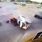 車の衝突事故。転倒したピックアップトラックから18人も飛び出してくる映像。