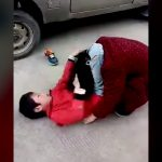 学校に行きたくない小学生のクソガキ、母親の首を足で締め殴りまくる。