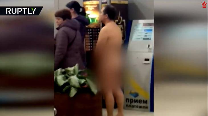 """空港の搭乗口に """"全裸の男"""" が並んでるんだけど・・・。"""