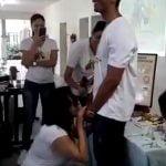 ブラジルの性教育ヤベー・・・。女教師が男子生徒のチ●コに口でコンドームをはめる動画。