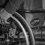 """【衝撃映像】車椅子の男性に近づく """"ナイフを持った男"""" → 次の瞬間・・・。"""