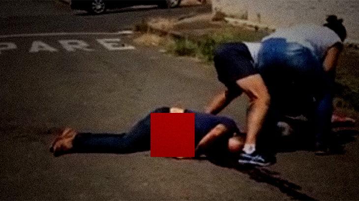 """【閲覧注意】""""腸が飛び出した"""" 男が倒れてるグロ動画・・・。"""