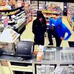 コンビニ強盗に入った2人の男、そのタイミングは最悪だった・・・。
