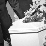 """【衝撃映像】母親の葬儀中、棺に潰されて """"息子が死亡"""" してしまった。"""