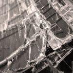 """大量に重ねられた """"ガラス板"""" に押しつぶされた男性・・・これは即死かも・・・。"""