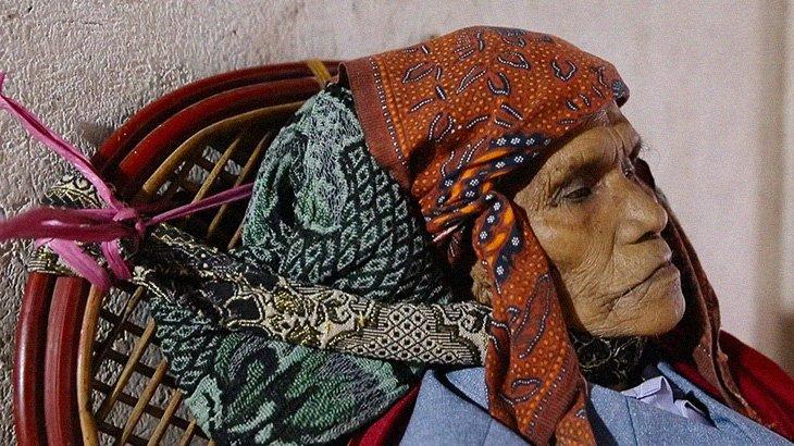 """【閲覧注意】インドネシアに残る文化。""""死者と共に暮らす"""" トラジャ族。"""