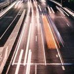 【超!閲覧注意】高速道路で転倒したバイクの男性、中央分離帯に衝突した結果・・・。【グロ画像】