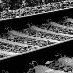 【閲覧注意】電車に轢かれて真っ二つになった男性、めちゃくちゃ動き回ってしまうグロ動画。