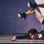 """【閲覧注意】ダンス中の女性が """"頭だけで逆立ち"""" した次の瞬間、首が・・・。"""