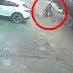 自転車に乗った男性が、4トンの鋼板に潰されてしまう映像が怖すぎる・・・。