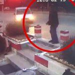 【衝撃映像】タバコを吸いに店の外に出た男性、轢き殺されてしまう。