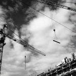 【恐怖】建設現場にて、高所から転落する恐ろしい映像が撮影される。