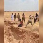 【閲覧注意】イスラムの処刑人、長い刀で首を一刀両断するグロ動画。