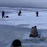 """【衝撃映像】流氷の上で釣りしてたら """"氷が割れ始める"""" 恐ろしい映像・・・。"""