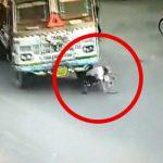 【閲覧注意】前を走る自転車に気付かなかったトラック、そのまま轢いてしまうグロ動画。