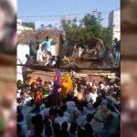 屋根の上に登って祭りを見ていた人々、ボッシュートされてしまう。