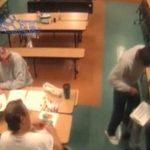【衝撃映像】看護師の女性、精神病患者にハサミで顔を突き刺されてしまう。