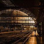 駅のホームで足を滑らせた男性、電車に轢かれて死亡。