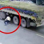 【閲覧注意】走行するトラックの後輪に潜り込み自殺するグロ動画。