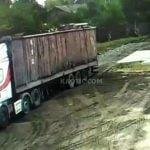 動き出してしまったトラックを止めようとした男性、頭を挟まれて死亡。