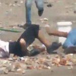 【閲覧注意】負傷者を運んでいる最中にスナイパーに撃たれてしまう男性。