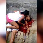 【閲覧注意】殺された父親に寄り添い泣き叫ぶ女の子。