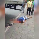 【閲覧注意】トラックに轢かれて頭が割れてしまったグロ動画。