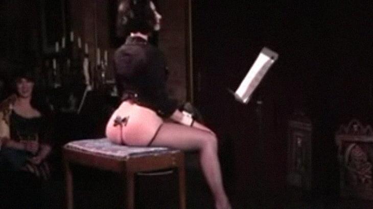 美尻を音楽に合わせてピクピクさせるお姉さんに観客大歓声。