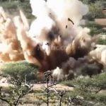 【衝撃映像】大勢の兵士を乗せたトラック、巨大地雷の上を通過して吹き飛ばされる。