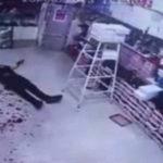 【衝撃映像】マチェーテひと振りで首を切られ大量の血が吹き出る男性。