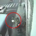 【衝撃映像】バスに気付かず車道に少しハミ出てしまった女性、弾き飛ばされてしまう・・・。