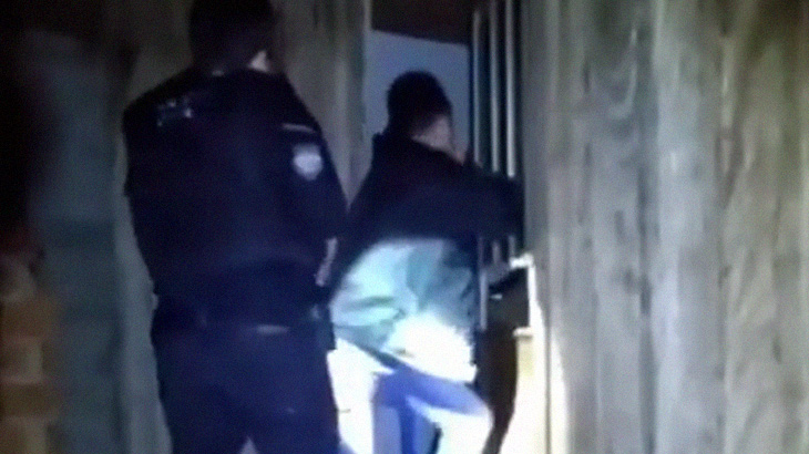 容疑者宅への突入時に扉のガラスが割れて負傷した警察官の手、おもいのほか重症・・・。