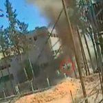 【閲覧注意】自家製爆弾の爆発により空高く吹き飛ばされる兵士。