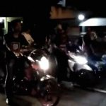 【衝撃映像】違法バイクレースのために停車していたグループ、猛スピードの車に弾き飛ばされる。