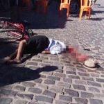 【閲覧注意】車に頭を轢かれてしまった男性、脳みそ飛び出てるグロ動画・・・。