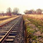 【閲覧注意】線路で遊んでいた男性、列車に轢かれ上半身を抉られて死亡したグロ動画。