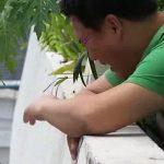 【閲覧注意】ベランダで泣き崩れる男性。その視線の先には飛び降り自殺した女性の死体が・・・。