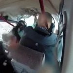 小型飛行機の衝突事故。窓ガラスにぶつかってきたのはなんと・・・。